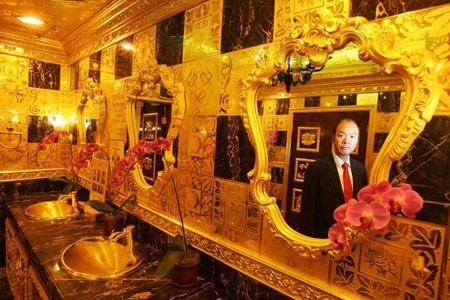 Phòng vệ sinh làm bằng vàng
