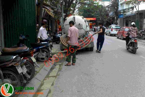 Nhân viên đang hút bể phốt tại Yên Phong