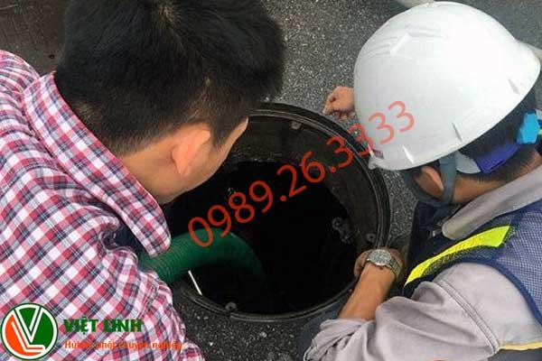 Nhân viên đang hút bể phốt ở Ứng Hòa