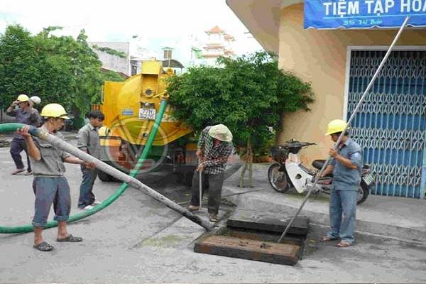 Nhân viên tiến hành hút bể phốt tại Phương Mai