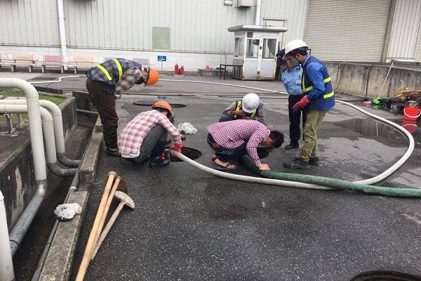 Nhân viên đang tiến hành luồn ống dẫn chất thải