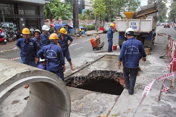 Nhân viên của Việt Linh HSC đang chăm chỉ thông tắc cống