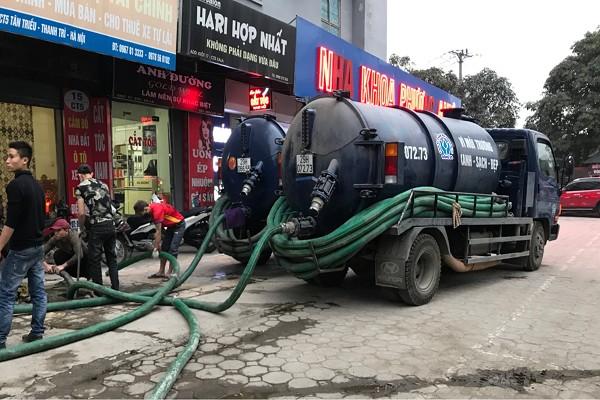 Nhân viên đang tiến hành hút bể phốt tại Gia Lộc