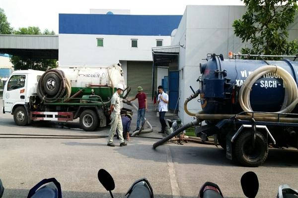 Nhân viên tiến hành hút bể phốt tại Mai Lâm