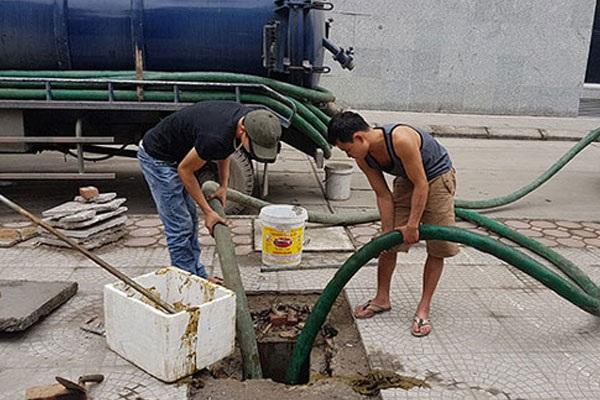 Nhân viên tiến hành hút bể phốt tại Sơn La