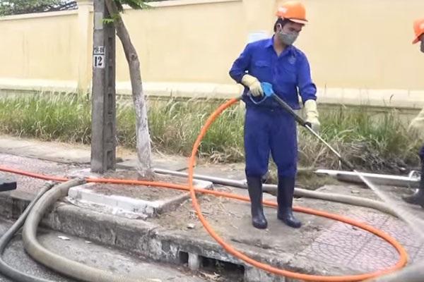 Nhân viên tiến hành dọn dẹp, vệ sinh sau khi xử lý bể phốt
