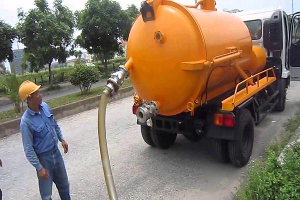 nhân viên tiến hành hút bể phốt tại Hàng Đào