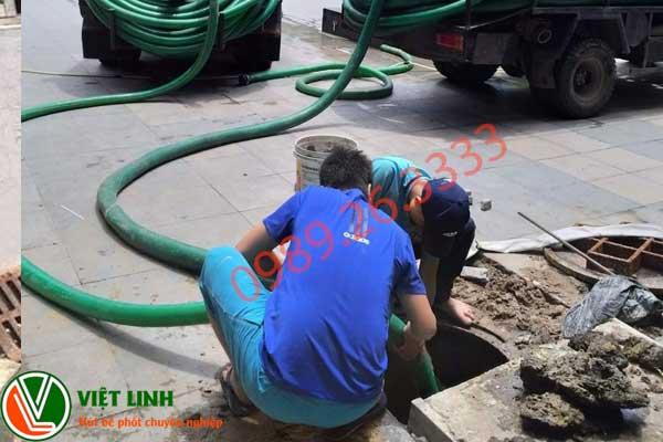 Nhân viên đang hút bể phốt tại Thạch Thất
