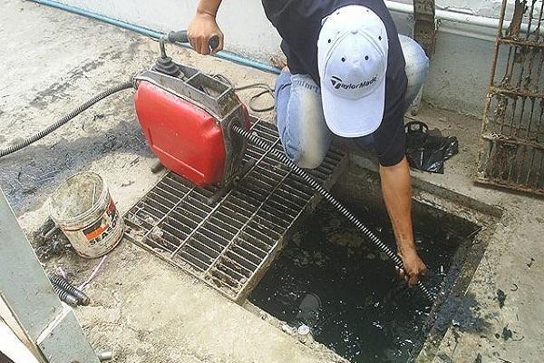 Nhân viên của Việt Linh không quản ngại khó khăn thực hiện thông tắc cống tại Thạch Thất