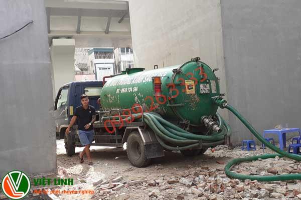 Nhân viên phục vụ hút bể phốt tại Sơn ĐỘng