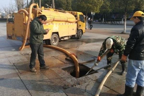 Nhân viên tiến hành luồn ống dẫn chất thải