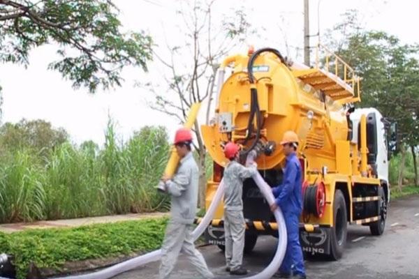 Nhân viên của Việt Linh đang tiến hành hút bể phốt tại Văn Giang