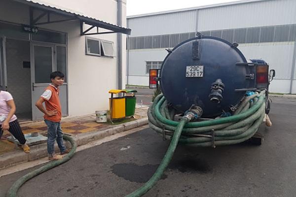 nhân viên tiến hành hút bể phốt