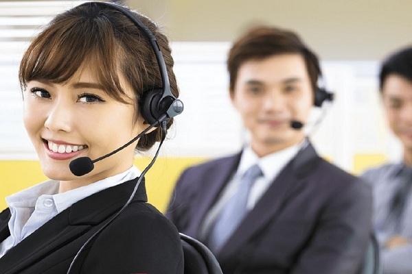 Nhân viên lắng nghe yêu cầu và hướng dẫn khách hàng
