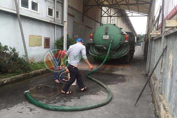 nhân viên tiến hành dọn dẹp sau khi hút bể phốt