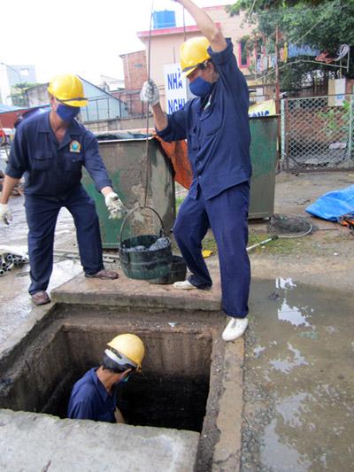 Công nhân hút bể phốt thường xuyên tiếp xúc với chất thải, nước bẩn.