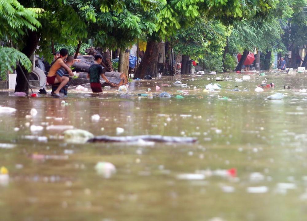 Ô nhiễm nguồn nước do rác thải sinh hoạt