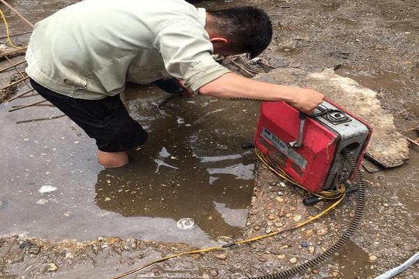 Nhân viên đang tiến hành hút bể phốt tại Đan Phươngh
